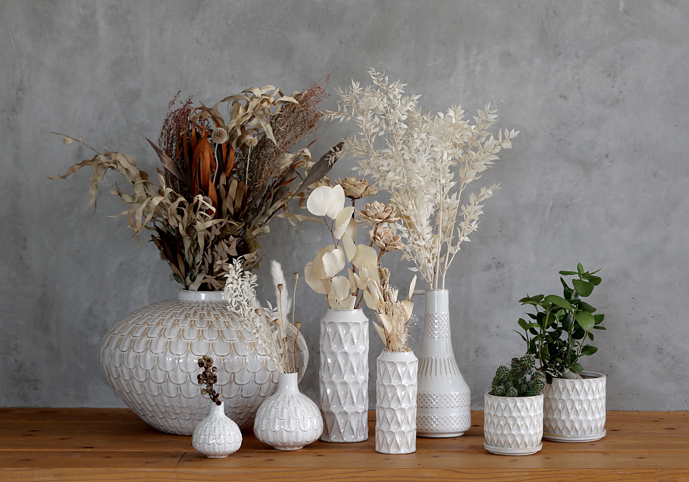 自然の風景から連想された模様がやさしい陶器の質感で表現されたフラワーベースシリーズ